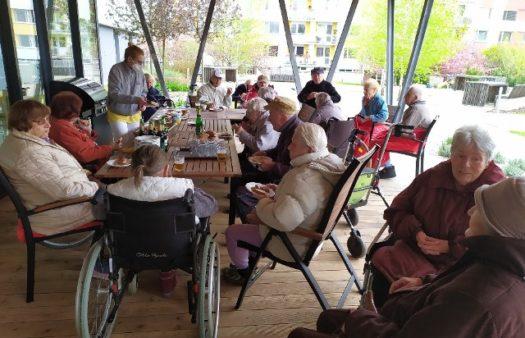 První jarní grilování v SeniorCentru v Hradci